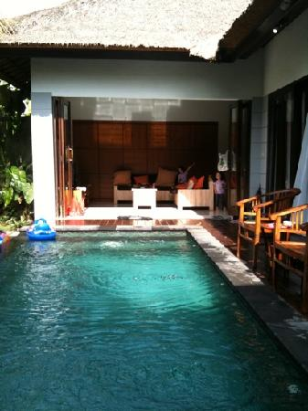 Abimanyu Villas: living area n pool