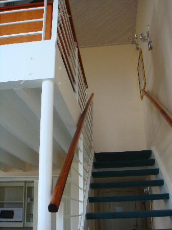 ‪بروتيا هوتل مارين: Stairs from the Leaving Area to the Bedroom Upstairs‬
