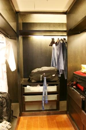The Sandalwood, Beijing - Marriott Executive Apartments: walk in closet