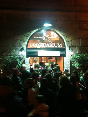 La Gelateria Frigidarium: the line!!!
