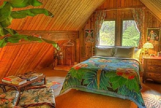 Volcano Hideaways: Oma's Loft Bedroom