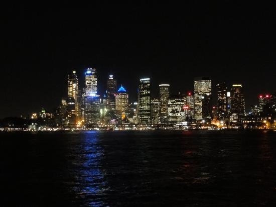 Sydney, Australia: Vista desde el ferry noctuno entre circular quay y darling harbour