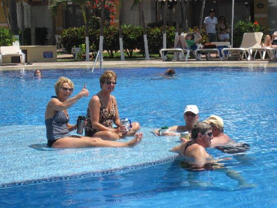 Tesoro Ixtapa: Lounging by the pool