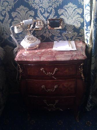 Al Ponte Antico Hotel: Bedside table with elegant phone in Deluxe Room
