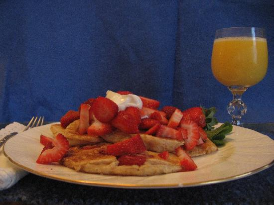 Oak Grove Plantation Bed and Breakfast: Pancakes and Strawberries