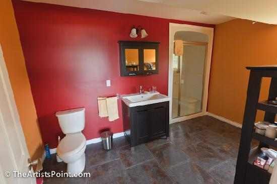 The Artists Point Bed, Breakfast and Phototours: Private bath room with large shower