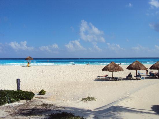 Grand Park Royal Cancun Caribe: Saída da piscina / acesso a praia pelo Hotel