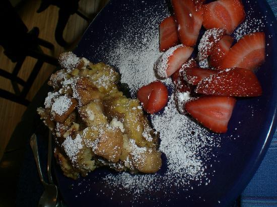 Eddington House Inn: Pattie's amazing french toast!