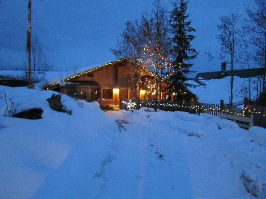 Logpile Lodge : Restaurant and Main entrance
