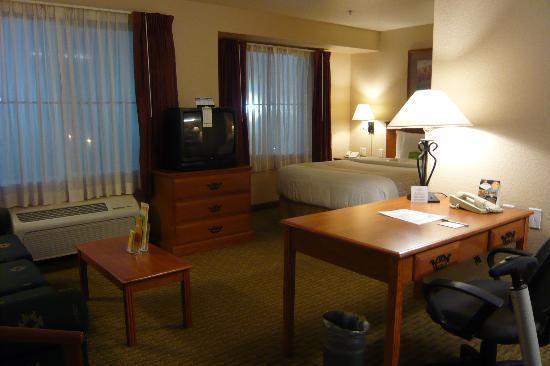 La Quinta Inn & Suites Las Vegas RedRock/Summerlin: Room from door and kitchen area