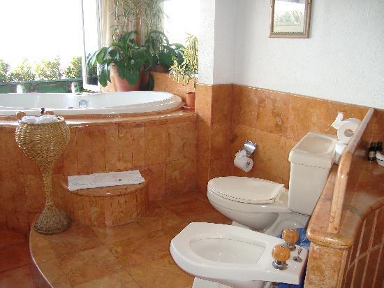Casa Isabel: Honeymoon bathroom