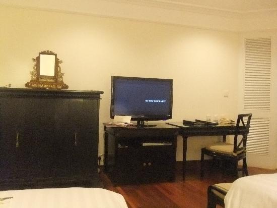 INTERCONTINENTAL Bali Resort: TVは世界各国の番組が写ります。日本はNHK。左のキャビネットの中にミニバーや電気ポットが入っています。