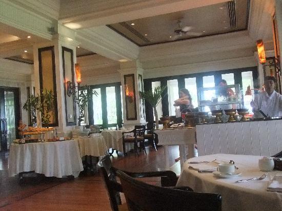 INTERCONTINENTAL Bali Resort: レストラン ベラ・シンガラジャ 中の席とテラス席から選べます。
