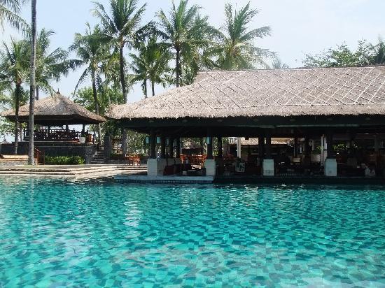 INTERCONTINENTAL Bali Resort: メインプール横のレストラン ジンバラン・ガーデン