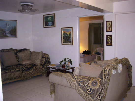 Jamraka Homestay: Common room and our bedroom