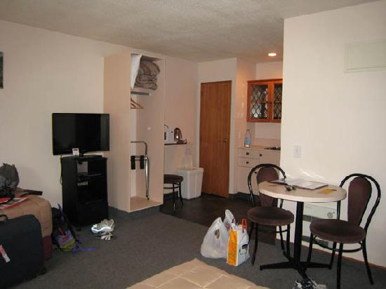 Asure Highpark  Motor Inn: General view of room: kitchen area
