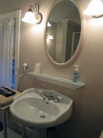 Windsome Bed and Breakfast: Our bathroom