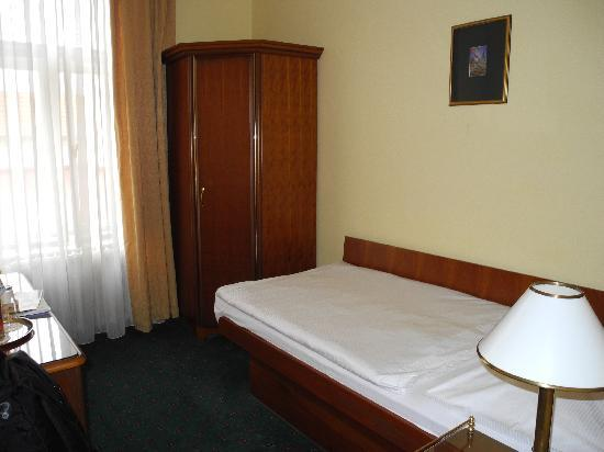 Small simple single room picture of hotel william for Small hotel room