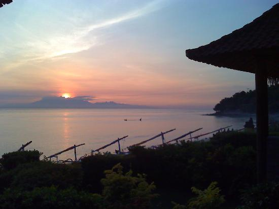 Bunutan, Indonezja: View from the balcony of my bungalow at sunrise