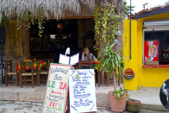 Leyza Restaurant Bar : Dining out on the Sidewalk