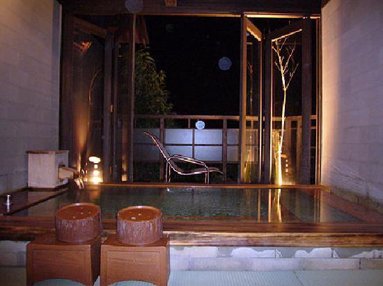 Hotel Ryugu: 別館の岩盤浴付きの露天風呂
