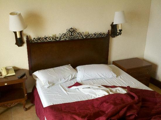 Don Felipe Hotel: lumpy antique bed. feels like the springs are no longer bouncing back