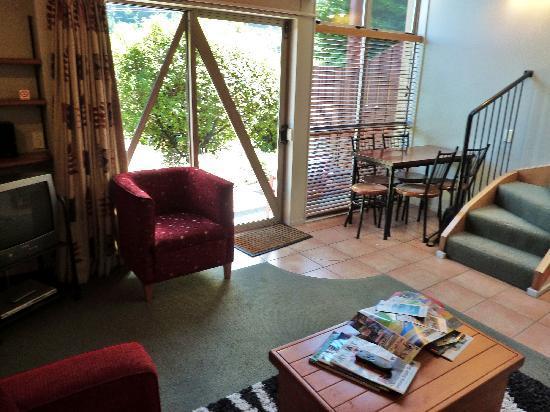 Cranbury Court Apartments: Notre séjour-salon -vue 2