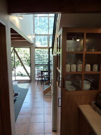 Cranbury Court Apartments: De la cuisine vers le séjour
