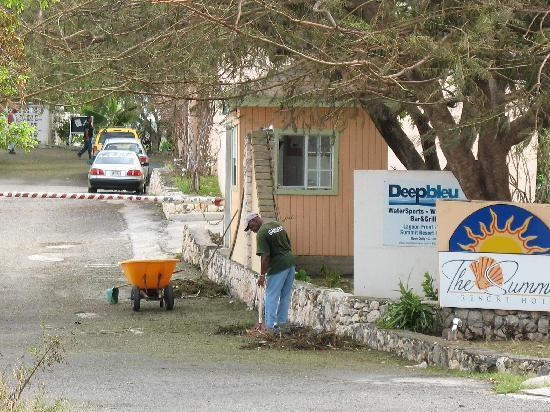 The Summit Hotel: Cleaning Front gate area after Hurricane Earl