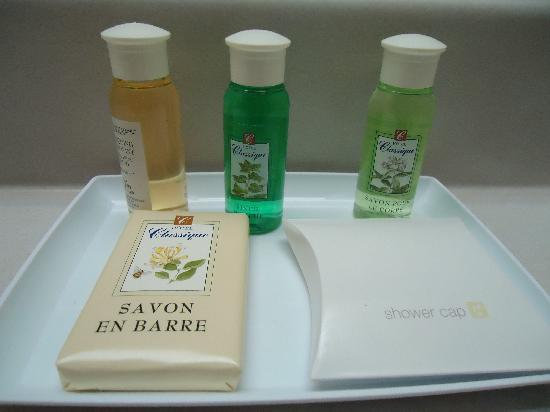 Hotel Classique: Shampoo, mouthwash, body wash, soap, shower cap