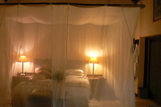 Monwana Game Lodge: at night in the room