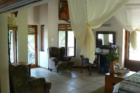 Monwana Game Lodge: sitting area