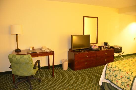Fairfield Inn & Suites Jackson Airport: TV & Table