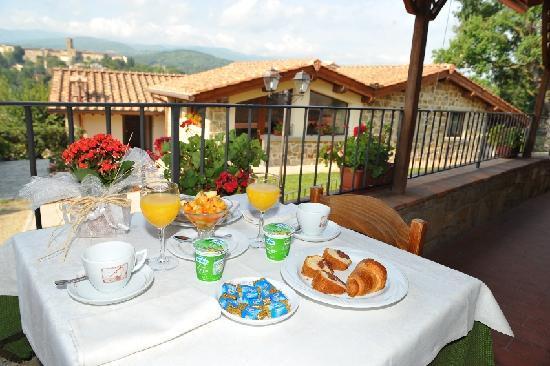 Poppi, Włochy: Colazione in giardino
