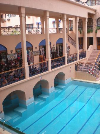 Hotel Oudaya: Shops above pool