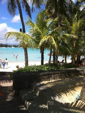 Mauricia Beachcomber Resort & Spa: sortie de piscine direct sur plage