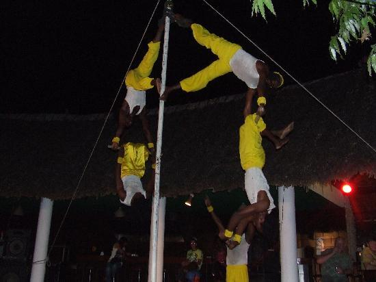Travellers Beach Hotel & Club : acrobats