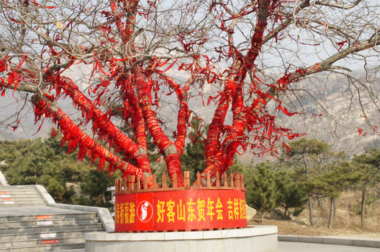 Xintai, China: Un ruban rouge accrocher = un voeu pour avoir un enfants (garçon)