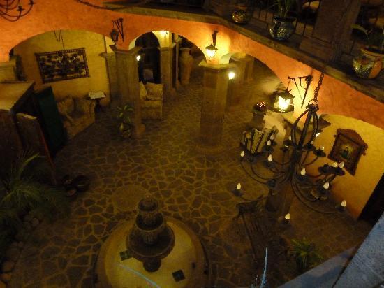 โปซาด้า เดอ ลาสฟลอเรส โลเรโต โฮเต็ล: Looking down to the lobby at night