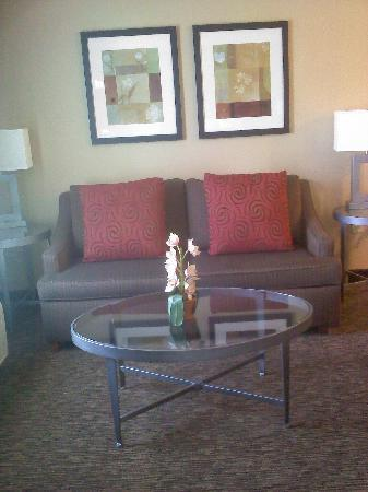 Hampton Inn & Suites Columbus-Easton Area: comfy sitting area King suite