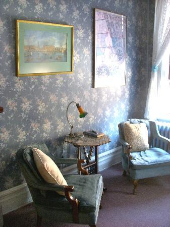 DeFeo's Manor B&B: Blue room Sitting area for reading  / TV watching / Writing