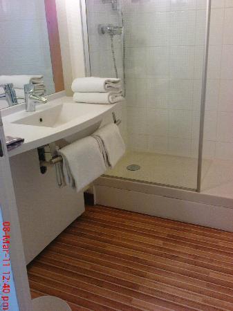 Ibis Dijon Gare: Bathroom