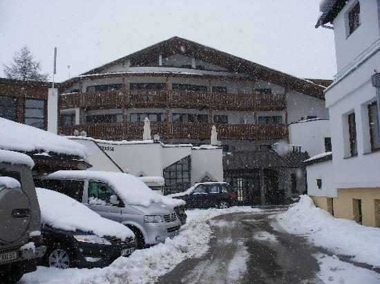 Hotel Bergwelt: Hotel Entrance.Another snowy day.