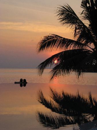 Vilamendhoo Island Resort & Spa: Sunset at the infinity pool