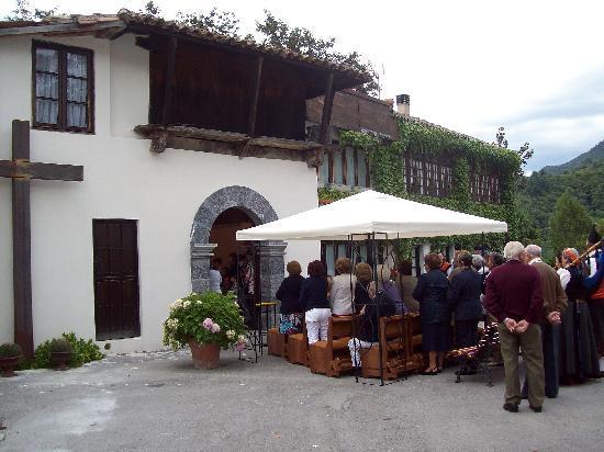 Hotel La Lastra: Vista entrada Capilla. Día de Covadonga.