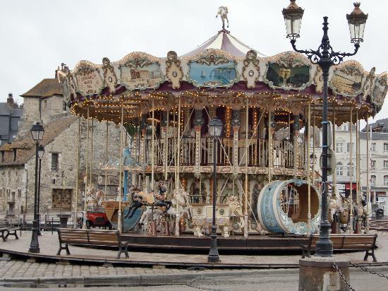Honfleur, Frankreich: 港町の入り口にかわいいメリーゴーランド