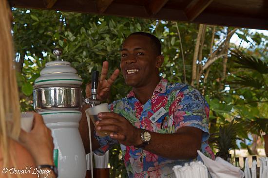 Grand Bahia Principe El Portillo: Agustin au bar de la piscine