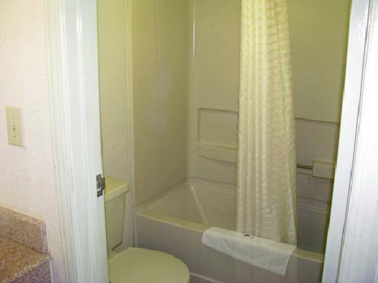 Motel 6 Dayton Englewood: Guest Bathroom