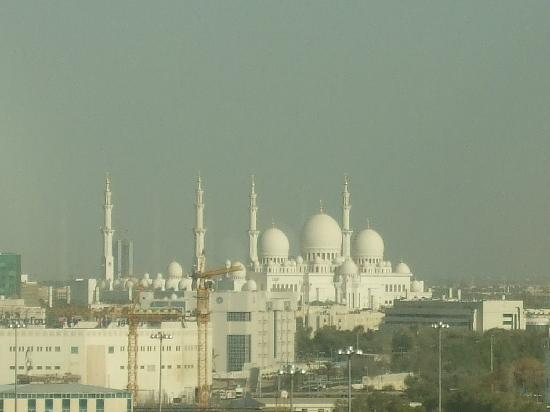 Holiday Inn Abu Dhabi : View from room 813 to SZG Mosque