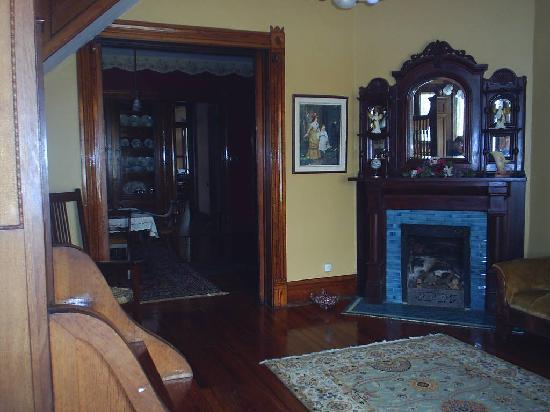 Eagle Hill Manor Bed & Breakfast: Parlor and dining room